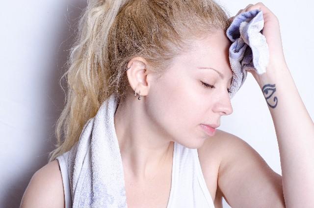 寝汗をかく女性