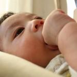 赤ちゃんの指しゃぶりは愛情不足が原因は嘘!利き手が腫れることも!