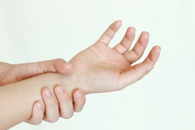 手の指がつるのは筋肉だけが原因じゃない!対策を確認!